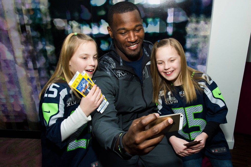 Deaf Seahawks Star Surprises Deaf Twins with Super Bowl Invite, Catches Sarah Palin's Attention