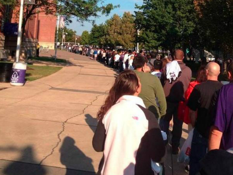 Long Lines for Fans Returning Ray Rice Jerseys